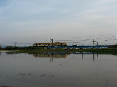 電車と田園