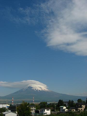 富士山に笠雲たなびく