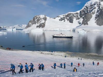 南極のダンコ島に上陸する観光客たち