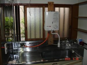 瞬間湯沸器のキッチン