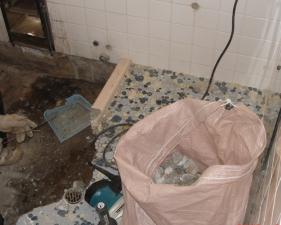 バランス釜・浴槽搬出、タイル及びタイル下地解体