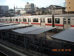 奥沢駅の車庫と自転車置き場