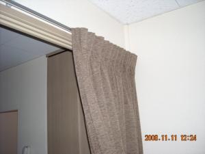 間仕切りカーテンを開けてタッセルで束ねています