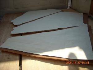 型紙とそれに合わせてカットしたカーペット