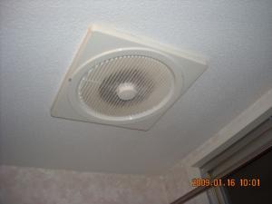 交換前の天井埋め込み型換気扇