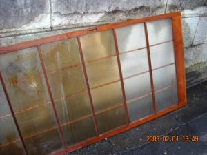 ガラス引き違い戸を洗っています