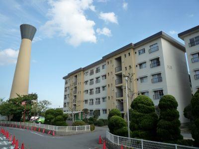 大阪府公社茨木郡山団地の給水塔と住棟1