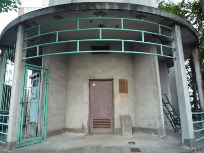 大阪府営寺山住宅の給水塔入口