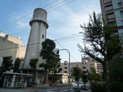大阪府営寺山住宅の給水塔と住棟