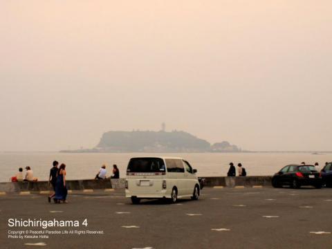七里ガ浜駐車場から望む夕方の江の島
