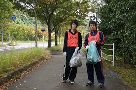 大学側のゼッケンをつけた学生も積極的にゴミ拾いを