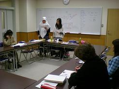 初級クラスは二名が担当、少しは日本語もあります・・・