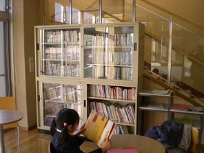 公民館「玉川図書館配本所」の本を入れ替え